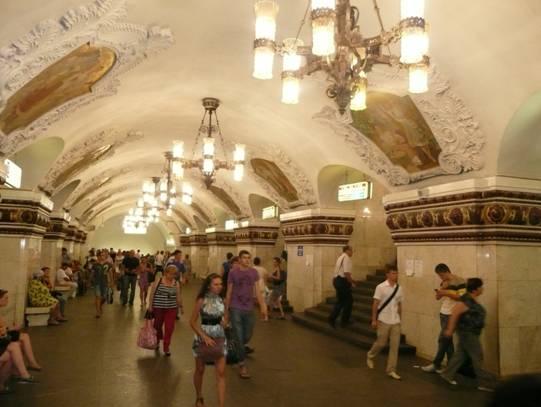 Kievskaya İstasyonu, 1937. Duvarlardaki kartonpiyerlerin içindeki tabloların çoğu Devrim'i simgeleyen resimler. Bunlardan birinde Kalinin konuşma yaparken gösteriliyor.