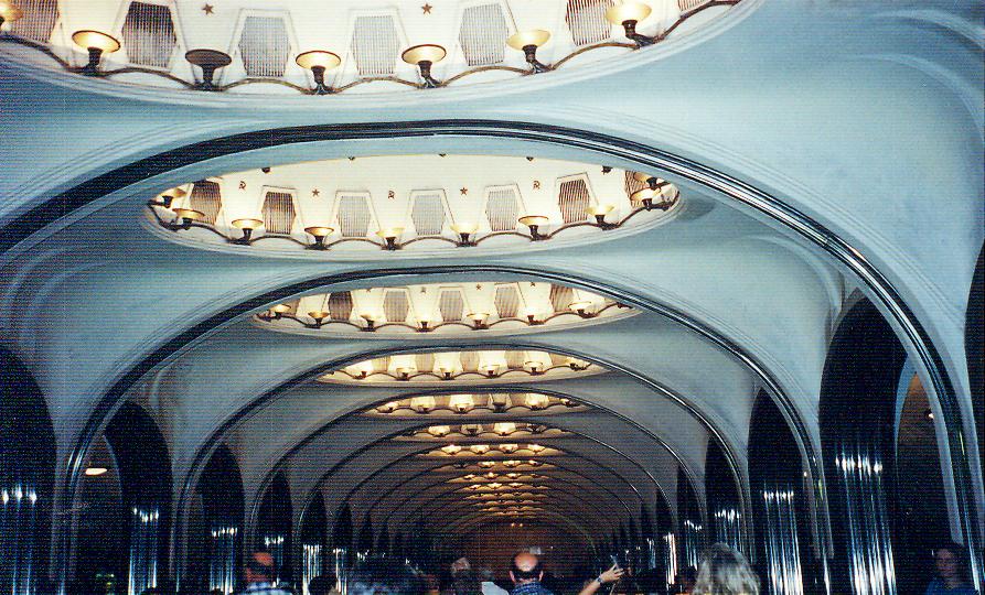 Mayakovskaya İstasyonu, 1938. Tasarım Aleksey Duşkin'e ait. Bu tasarım, New York Dünya Fuarı'nda Büyük Ödülü kazanmış. İki kemer arasına tavana çepeçevre aydınlatılmış mozaik panolar yapılmış.
