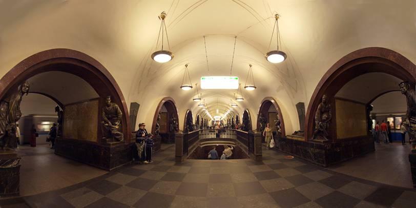 Moskova metrosunda Ploshchad Revolyutsii İstasyonu. Tarihi 1938. Aleksey Duşkin tasarımı. Mermer kaplı kemerlerin her iki yanında Sovyetler'in kurulmasında rol oynamış halk kahramanlarının gerçek boyutlarda bronz heykelleri var.