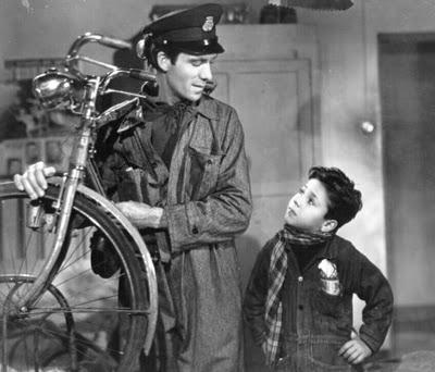 """Yeni Gerçekçiliğin en çok bilinen, en çok atıfta bulunulan, kült filmi """"Ladri di Biciclette"""" (Bisiklet Hırsızları, 1948). Vittorio de Sica'nın başyapıtı, savaşın ardından Roma'nın içinde bulunduğu yıkılmışlığı ve çaresizliği, bir ailenin gözünden anlatıyordu. Ricci ailesinin babasının çalışmak için sahip olması gereken ve eşyalarını rehin vererek aldığı bisikletinin çalınmasını ve baba-oğulun çalıntı bisikleti arayışlarını anlatan film, amatör oyuncularla çekilmişti. Solcuların filme tepkisi, """"komünist rejim olsaydı, bisiklet bulunurdu"""" şeklinde olmuş."""