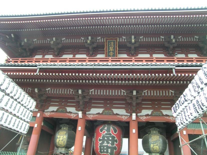 Tokyo'da, Senso-ji, Asakusa Kannon Tapınağı'nda Hozo-mon Kapısı'nın iki yanındaki kağıt fenerler de ruhlara yol gösteriyor.