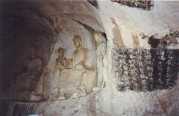 Guilin'de, Li Nehri kıyısındaki Rüzgar Mağarası'nın duvarları Budacılığa ait heykeller ve Sung dönemi şiirleri ile kaplıdır. Ming Hanedanı döneminde de duvarlara şiirler eklenmiştir. Bunların bir kısmı daha sonra Kızıl Muhafızlar tarafından tahrip edilmiştir.