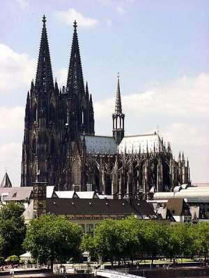 Köln'deki Katolik ibadethanenin temeli 1248 yılında atılmış, çalışmalar 1560 senesinde parasızlık yüzünden durdurulmuş, son taş 1880 yılında konmuştur. II. Dünya Savaşı'nda 14 bombanın hedefi olmuş, 1996 yılında UNESCO Dünya Mirası Listesi'ne alınmıştır.