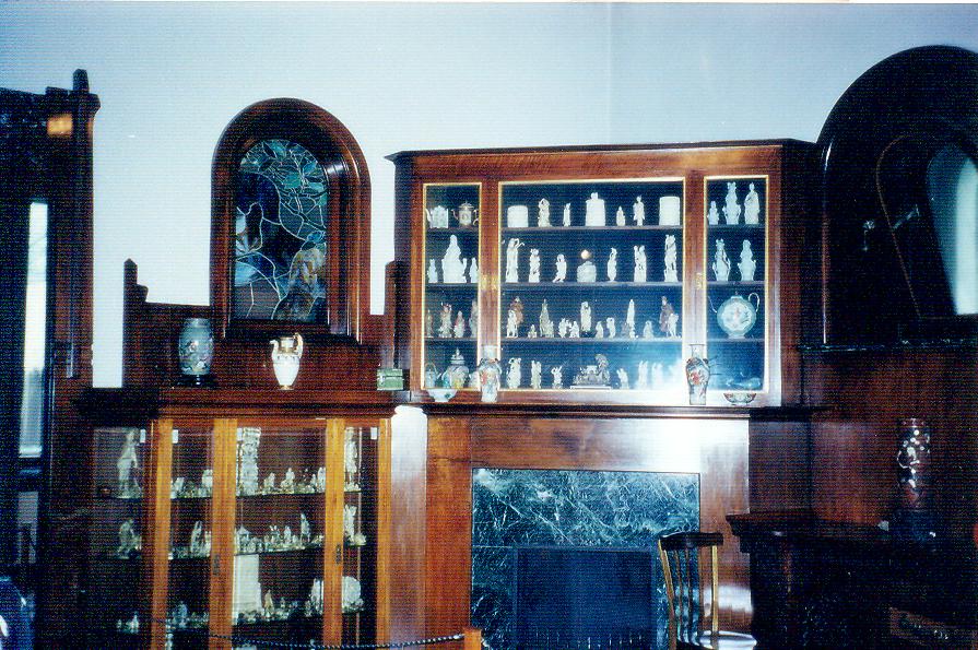 Yazarın şapkası, palto ve bastonuyla birlikte çarpıcı Doğu oymaları koleksiyonu, büstü, mektupları ve bazı kitaplarının ilk baskıları da bu evde bulunmaktadır.