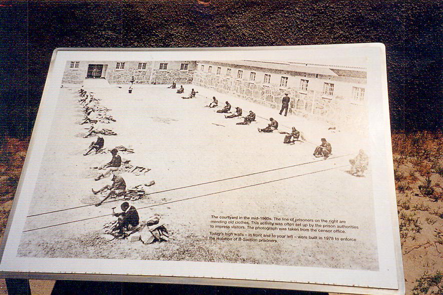 Adada, mahkumların gündelik yaşamını yansıtan fotoğraflar da sergileniyor. Koşulların oldukça ağır olduğu söylenen hapishanede mahkûmların altı ayda bir mektup hakkı olduğu, ayda 2 kez 10 dakika sıcak su verildiği, kötü beslenmeden veya hastalıklar nedeniyle mahkûmların büyük bölümünün tahliye olamadığı rivayet edilmektedir.