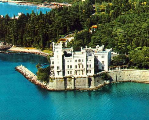 1856 yılında yapımı başlatılan Trieste'deki Miramare deniz köşkü, 1860 yılında tamamlandı. Avusturya Arşidükü Ferdinand ( daha sonra İmparator I. Maximilian)ve karısı Charlotte için Carl Junker tarafından tasarlanmıştı. Köşkün 22 hektarlık bahçesi ise Tropik ağaç ve bitkiler kullanılarak Arşidük tarafından tasarlanmıştı.