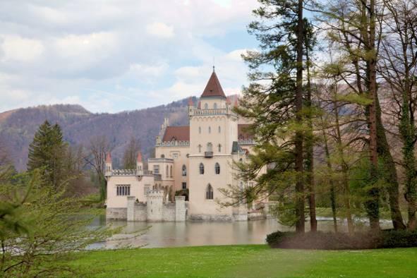 Anif Şatosu, Avusturta'nın Salzburg kentinin dışında, suni bir göl kıyısında yer alıyor. Neşeli Günler ve Odesa Dosyası adlı filmelerin seti olmuş şato, 1838-1848 yılları arasında Gotik Yeniden Canlandırma üslubunda restore edilmişti.
