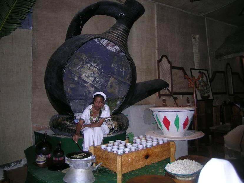 Etiyopya'da, kahvenin anavatanı olduklarını hatırlatmak/kabul ettirmek için her uygun yerde kahve noktaları kurulmuş. Üstteki fotoğraf Addis Ababa'da, alttaki ise Aksum'da havalimanındaki kahve köşelerini görüntülüyor. Kahve ile patlamış mısır ikram ediyorlar.