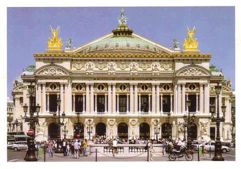1875 yılında açılan Paris Opera binası alınlık, sütun, kubbe heykelleri ile Beaux-Arts üslubunun tipik bir örneğidir.