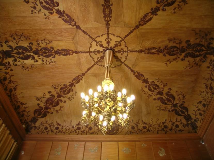 Sarayın 150 odası var. Vorontsov Ailesi Ekim 1917 Devrimine kadar burada yaşamış.  Rahmaninov'un çalıp Şalyapin'in söylediği bu mavi odada tavan ve duvarlar papier-maché çiçeklerle süslenmiş.
