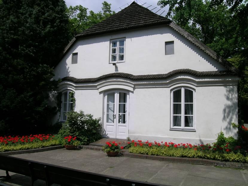 Polonya, Zelazowa Wola'da Frederic Chopin'in 1810 'da doğduğu ev ve bahçesindeki heykeli. Chopin, 20 yaşında Varşova'dan ayrılmış ve hep yurtdışında yaşamış. Londra'da, Majorka'da (George Sand ile) ve Paris'te. 1849'da Paris'te ölmüş.