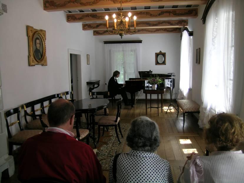 Evin içindeki bu salonda Chopin'in eserlerinden bir resital izledik.