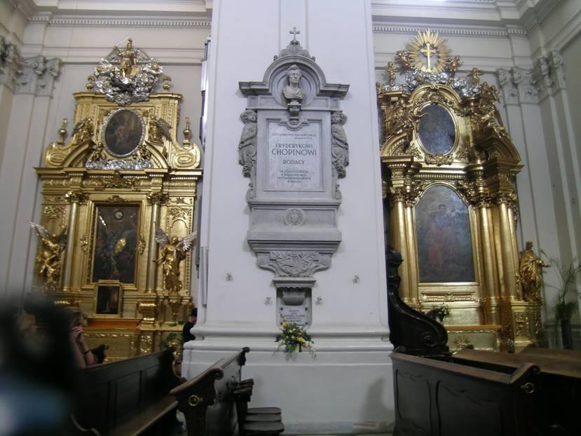 Varşova'daki Holy Cross Church'de Chopin'e ait kitabe. Bu kitabe, bestecinin vasiyeti üzerine Paris'ten getirilen kalbini muhafaza eden kabı örtüyor.  Bu da romantik bir durum değil mi?