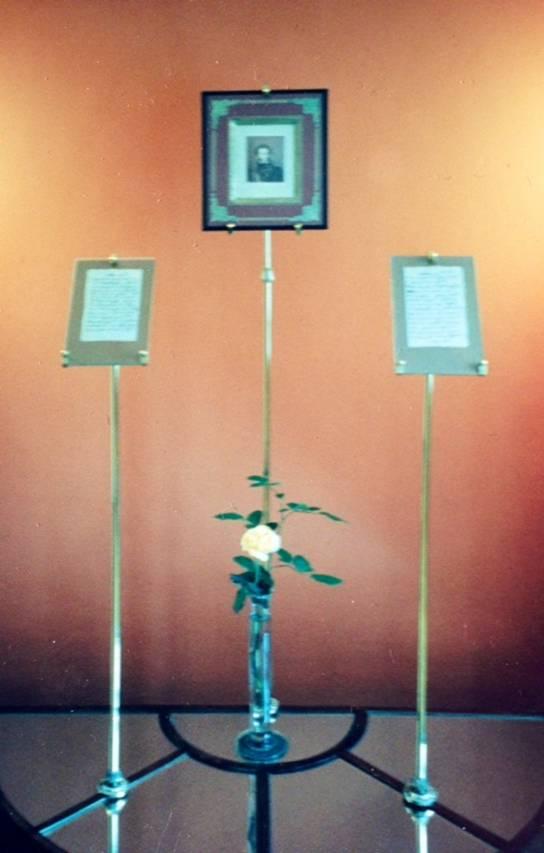 Evin girişinde Puşkin'in resminin iki yanında el yazmaları sergileniyor.