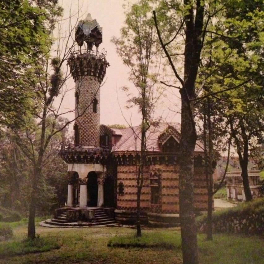 1883-1888 arasında yapılan Vicens Evi. Katalonya'nın altın devri Ortaçağ ile Oryantalist esintiler taşıyan, kırmızı tuğlalar arasına serpiştirilmiş fayansları, silindir şeklinde yükselen kulesi ile yapımı beş yıl süren ev, sahibini önce iflasın eşiğine getirmiş, ancak yapıda kullanılan fayansların Katalonya'da moda olması üzerine Manuel Vicens fayans üretiminden büyük para kazanmıştı.