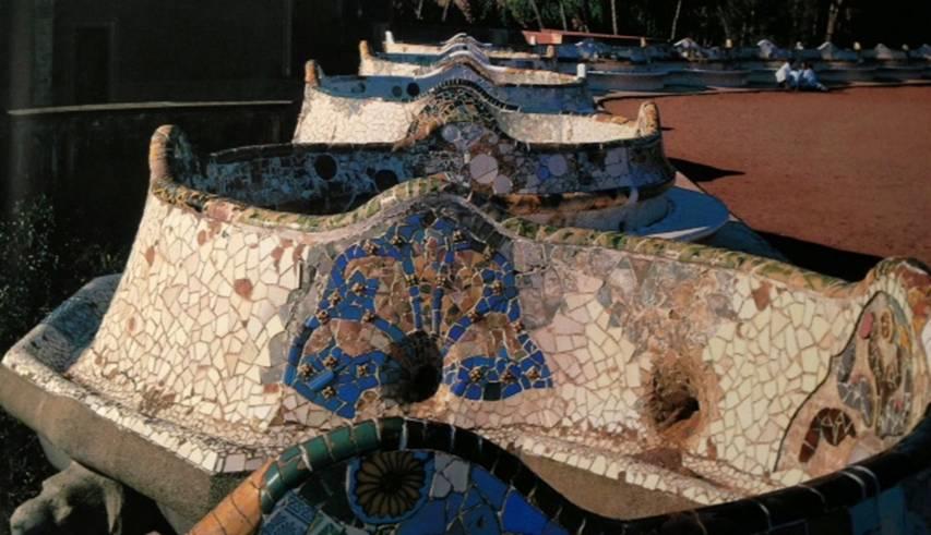 İngiliz bahçelerinden etkilenen Güell için yapılan ama Gaudi'nin tamamlanmadan kalan pek çok eserinden biri olan Güell Park'ın merkezinde yer alan çok büyük terasta seramiklerle süslenmiş, kıvrılarak uzanan bir yılan biçimindeki oturma yeri Joan Miro'nun tablolarını anımsatır. Gaudi, seramik mozaik işlerini sürrealist tablolar yaratmak için kullanır gibidir.