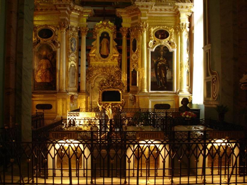 1722'de Büyük Petro, töreyi bozarak, bundan böyle hükümdarın, yerine geçecek kişiyi hanedan sırasına aldırmadan, dilediği gibi seçebileceğine karar verdi. Bu sayede, bir kadın, soylu olmamasına ve siyasal sıfatı bulunmamasına rağmen, tahta çıkmak için erkeklerle eşit hakka sahip oluyordu. Petersburg'daki Petropavlovsk Katedrali'nde Çarlar yatıyor. I. Katerina, kocası Büyük Petro'yu ve altıbuçuk yaşında ölen kızı Natalya'yı çifte cenaze töreni ile buraya 10 Mart 1725'de defnetti ve Çariçeler Dönemini başlattı. Biz Petropavlovsk Katedrali'ne gittiğimizde, turistlerin yanı sıra Çarlarını ziyaret etmekte olan pek çok Rus da vardı. Bu ana bölümde fotoğraf çekilmiyordu, sadece yeni açılan son Çar ve ailesinin bölümünde fotoğraf izni vardı. Fotoğraf: keyfimizvebiz.worldpress.com