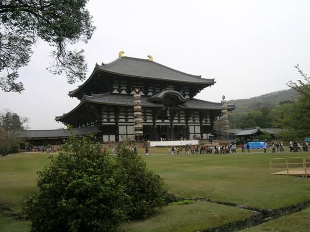 Japonların ilk başkenti, 710-794 yılları arasında başkent olan Nara'daki Todaiji Tapınağı. İlk inşa edildiği tarih 752. Tapınak, UNESCO Dünya Mirası Listesi'nde yer alıyor. Kyoto'da 17, Nara'da 8 yer bu listede.