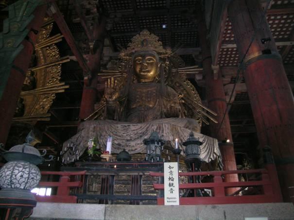 Todaiji Tapınağı'ndaki Daibutsu'nun iki yanında Bosatsu'lar var. Biri, Kakuzo Bosatsu, diğeri fotoğrafta görülen Niyorin Kanon Bosatsu. Her iki Bosatsu da 1709 yılı yapımı.