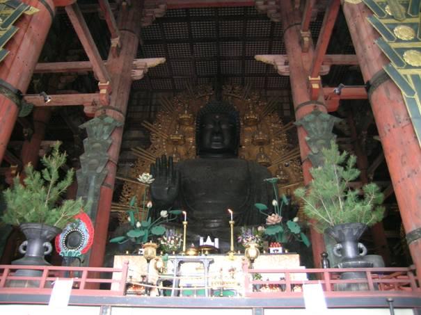 Nara, Todaiji Tapınağı'ndaki Daibutsu (Büyük Buda heykeli) dünyadaki en büyük bronz heykellerden biri. Yapımında 437 ton bronz, 130 kilo altın kullanılmış. Heykelin yüksekliği 15 metre. Deprem, yangın gibi afetlerden sonra birkaç kez heykelin başı yenilenmiş. Mevcut baş, 1692 tarihli. Buda'nın arkasındaki direğin alt kısmında Buda'nın burun deliği ölçüsünde bir boşluk var. Buradan geçenlerin aydınlanmayı başaracağına inanılıyor. Buda'nın üzerinde oturduğu lotusun yüksekliği ise 3 metre.