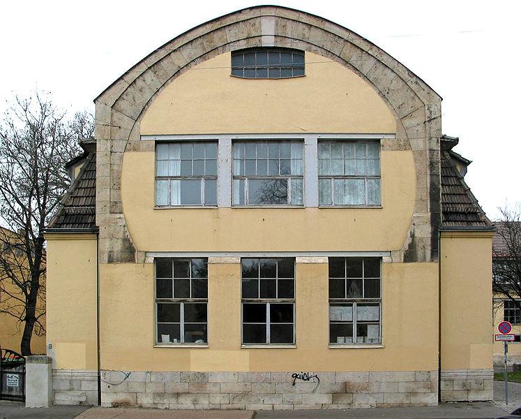 Henri van de Velde, Weimar'daki binası. Weimar'da, Bauhaus'un öncüsü olan sanat okulunu kurdu. İkinci Dünya Savaşı çıkınca Weimar'dan ayrılmak zorunda kaldı, yerine Walter Gropius'u önerdi. Mobilya tasarımları da yapmıştı.