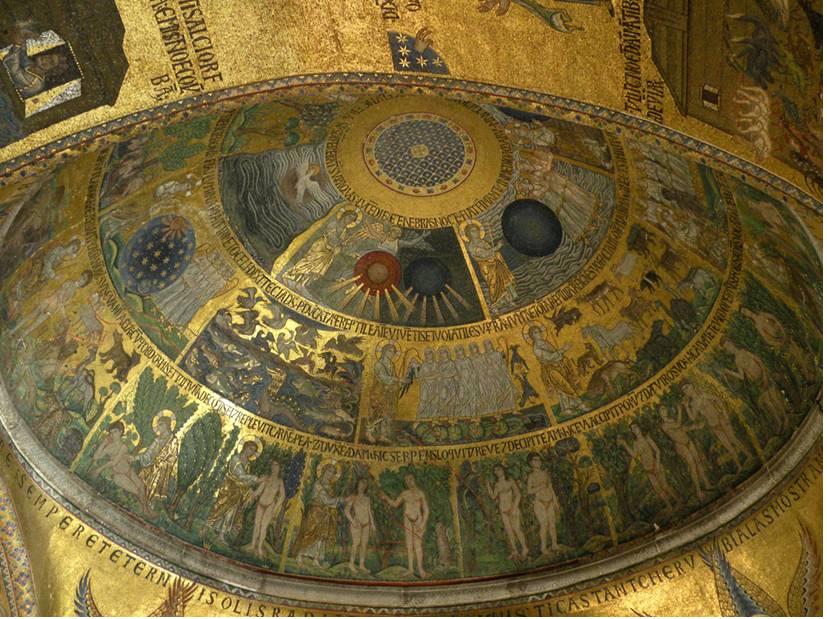 """Eski ve Yeni Ahit San Marco'nun duvarlarında biçim bulmuş, harflerden değil, biçim ve renklerle halkın önce gözüne ulaşmıştır. Marcel Proust San Marco mozaikleri için şöyle yazmış: """"İlk kez, çan kulelerinin meleklerine dek her şeyi tutuşturan Venedik güneşinin giremediği San Marco'nun loş duvarlarındaki kendi ışıklarıyla parıldayan mozaiklerde okuduğumu anımsıyorum bu kitabı (Eski ve Yeni Ahit)."""" San Marco'nun mozaikleri dört bin metre kare alanı kaplamaktadır. Erken 12. yüzyıldan başlayan mozaik yapımı değişik dönemlerde de devam etmiş. San Marco Bazilikası'nın içinde turistlere fotoğraf çekme izni verilmediği için fotoğrafı marjan.bazilicasanmarco.blogspot.com'dan aldık."""