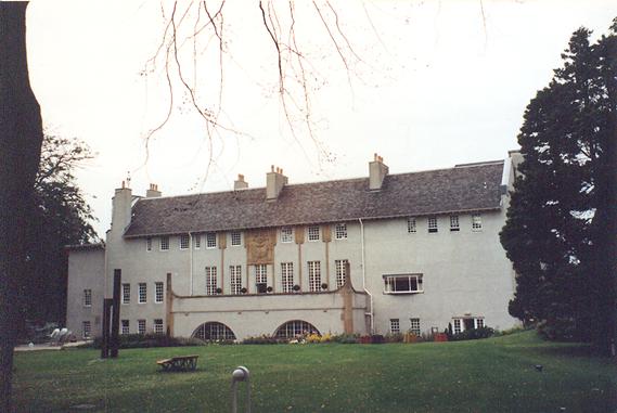 The House for an Art Lover, Bellahouston Parkı, Glasgow. CRM'un 1901 yılında çizdiği skeçlerden yola çıkarak 1996'da yapımı tamamlanan ev ve bahçesi.