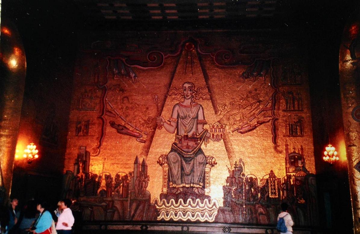 1911-1923 yılları arasında inşa edilen Stockholm Belediye Sarayı'nın Altın Salon'u Viking kumandanlarının altınlarının muhafaza edildiği altın odasından esinlenerek yapılmış. Salonun tüm duvarları mozaikle kaplı. 18 milyon adet cam tessera kullanılmış. Fotoğraftaki panonun merkezinde İsveç'in koruyucu tanrıçalarından Malaren Gölü Kraliçesi, tepesindeki ilahi ışık ile dünyayı onurlandırırken görülmektedir. Kraliçenin sağında Batı dünyası Eyfel Kulesi, Özgürlük Anıtı ....ile; solunda ise Doğu dünyası filler, camiler, peçeli kadın..ile tasvir edilmiş, Doğu dünyasında bize de yer ayrılmış. Tabloda İsveç'in Doğu ile Batı'yı birleştirdiği fikri işlenmiştir.