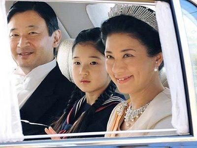 Veliaht Prens Naruhito, eşi Masako Owada ve tek çocukları Prenses Aiko.