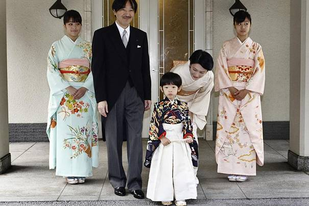 İmparator'un küçük oğlu Prens Akişino, eşi Prenses Kiko, çiftin iki kızı ve Prens Hisahito.