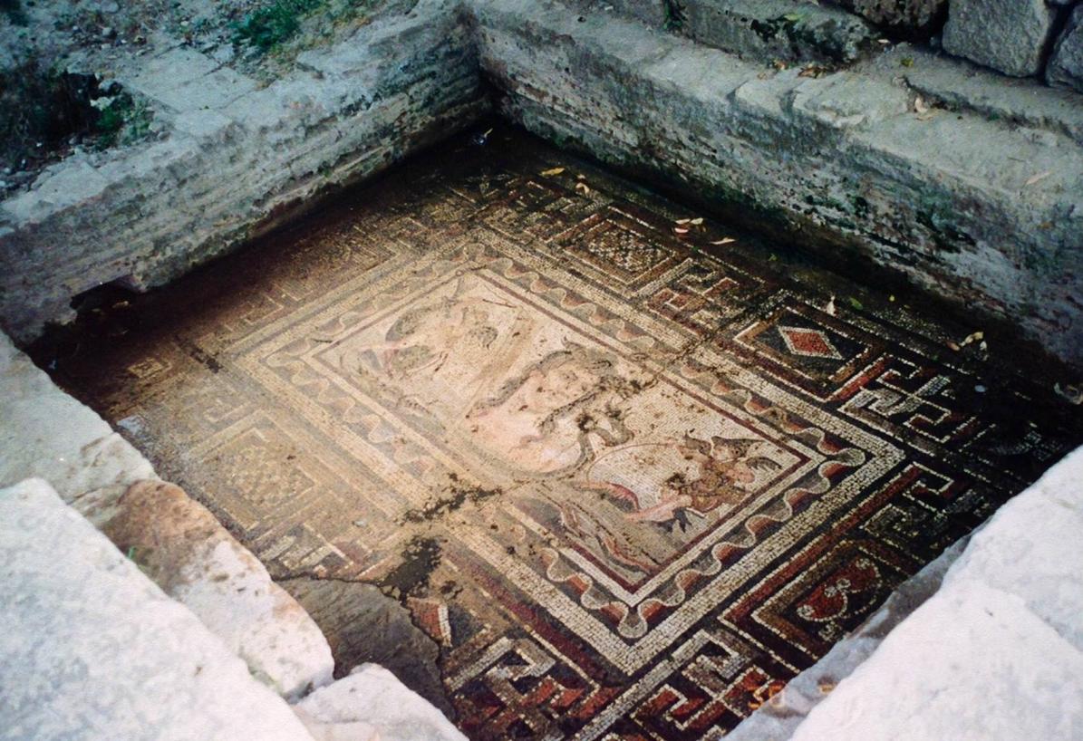 Adana'nın Kozan ilçesinde bulunan, etrafı surlarla çevrili yaklaşık 1300 hektarlık alanda kurulu Anavarza Antik Kenti, Dilekkaya Köyü'nde. Kentin Roma İmparatorluk Devri öncesi tarihi hakkında hemen hiçbir bilgi yoktur. MS 3. yüzyıla ait in situ deniz tanrıçası Thetis mozaiği hakkında 2009 yılında korumaya alınması gerektiği, yağmur sebebiyle tablonun bozulmaya başladığına dair haberler çıkmıştı. 2012 yılında ise Anavarza Antik Kenti'nde kazıların başladığını okumuştuk. Alttaki fotoğrafta da Anavarza'dan bir başka mozaik tablodan bir detay görülmektedir. Fotoğraflar 2000 yılında çekilmiştir.