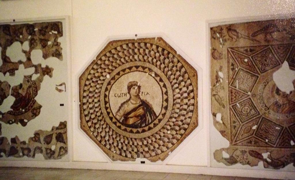 5.  yüzyıla tarihlenen;  Antakya, Narlıca Köyü'nde bulunup müzeye getirilmiş, banyo döşemesi olarak kullanılmış olan Soteria (Kurtuluş) adlı mozaik tablo. Kurtuluş, dolgun vücutlu bir kadın olarak canlandırılmıştır. Göğsünü Bizans üsluplu bir kolye süslemektedir. Hatay Arkeoloji Müzesi, 2000.