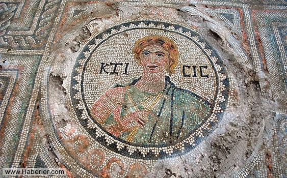Son günlerde Amasya'da Roma dönemine ait, 1700 yıllık tanrıça figürlü mozaik ortaya çıkartılmıştır. Biri 80 metre kare olmak üzere son bir yıl içinde Amasya'da ortaya çıkarılan mozaik alan 120 metre kare olmuştur. Foto: www.sondakika.com
