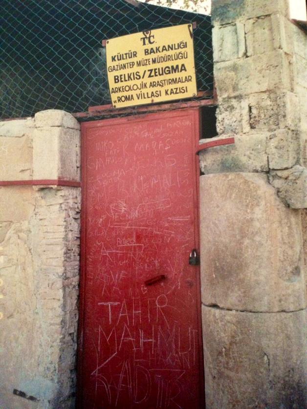 4 Haziran 2000 tarihinde grup olarak gittiğimiz Gaziantep'te Arkeoloji Müzesi'nde Zeugma'dan getirilmiş mozaik tabloların müzenin bahçesinde üst üste yığılıp üzerlerinin muşamba ile kaplandığını görmüştük. 13 Eylül 2000 tarihinde dört arkadaş günübirliğine Halfeti ve Nizip, Belkıs Köyü'ne gidip İstanbul'a dönmüştük. Gezimizin amacı Birecik Barajı'nda su tutulması tamamlanmadan yöreyi görebilmek, bir ay sonra su altında kalacak olan Roma Villası'nı da gezebilmekti.
