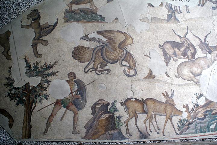 Tablonun merkezinde yer alan kartalla yılanın savaşı, imparatorun Bizans'ın düşmanlarını alt edişinin sembolüdür. www.zemexpert.com.