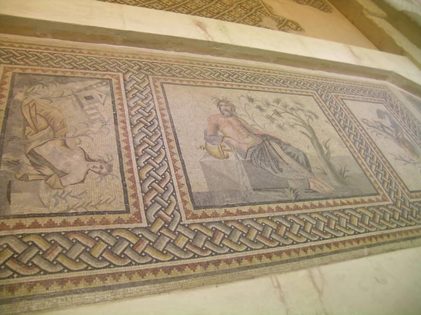 Euphrates (Fırat) Villası'nın sığ havuzunun taban mozaiği. Orta panoda nehir tanrısı Euphrates yer almaktadır. Yanındaki testiden akan su Fırat Nehri'ni simgelemekte, sulanan topraktan bitkiler fışkırmaktadır. Fotoğrafın solunda yer alan tabloda mozaiğin yer aldığı villa resmedilmiştir. Orta panonun yanlarında nehir tanrıçası ve su perisi yer almaktadır. Mozaik taban MS 2. yüzyıl sonları ile 3. yüzyıl başlarına tarihlenmektedir.