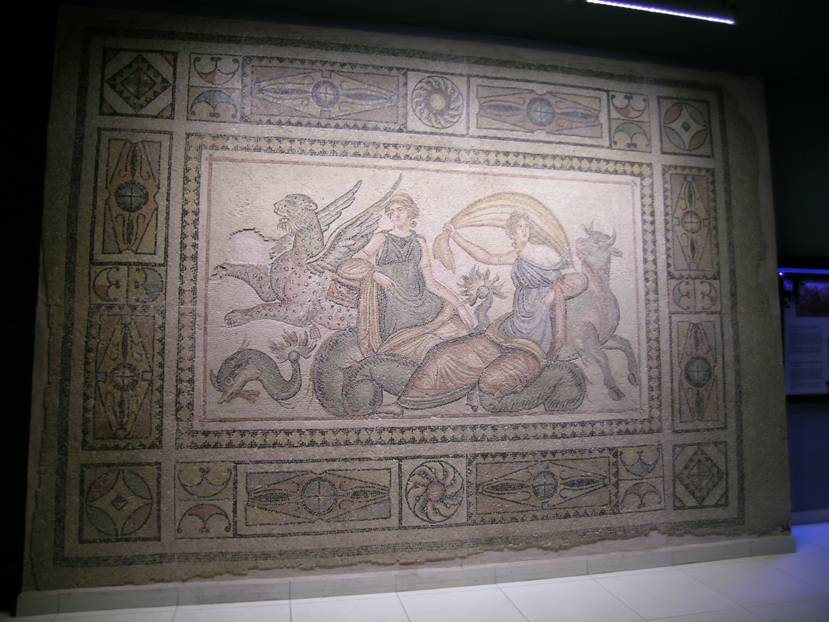 Europa Villası'nın taban mozaiğinde Fenike Kralı'nın kızı Europa'nın boğa kılığına girmiş Zeus tarafından kaçırılışı resmedilmiştir. Boğa, yunus ve kanatlı panter figürleri dinamik, insan figürleri statiktir. Tablo MS 2. yüzyıl sonları ile 3. yüzyıl başlarına tarihlenmektedir.
