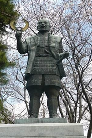 İeyasu Tokugava heykeli.