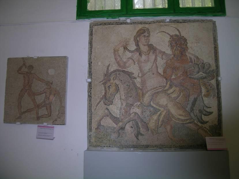 Yine Cyrenaica bölgesinde, UNESCO Dünya Mirası Listesi'nde yer alan Cyrene'deki müzede Satir ve Peri Kızı tablosu, 2. yüzyıldan. Bu ören yerinden pek çok eser Trablus'ta sergileniyor