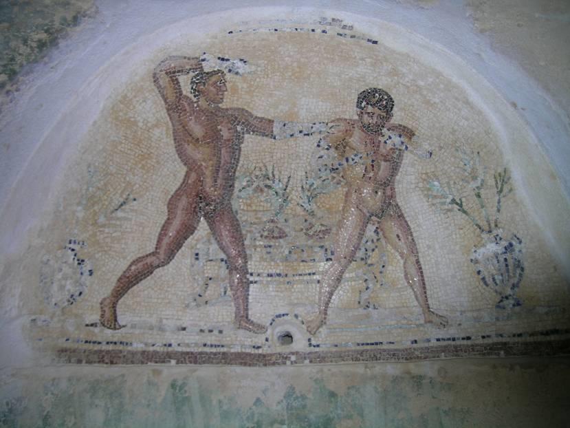 Villa Silin'in odalarının yerleri çeşitli mozaik tablolarla döşenmişti. Duvarlar fresklerle süslenmişti ama fotoğraftaki niş gibi duvarlarda da mozaik işleme kullanıldığı olmuştu.