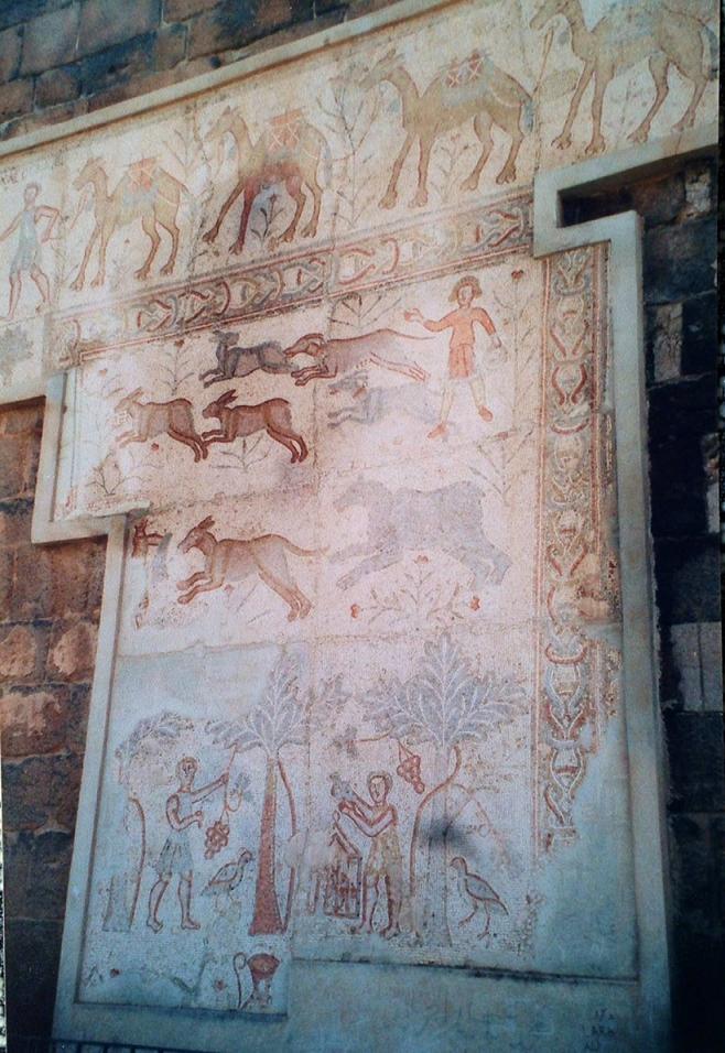 Suriye gezisinde gittiğimiz Bosra kentinde kale, MS 2. yüzyılda tamamlanmış olan tiyatronun etrafına Emeviler döneminde yapılmış. On beş bin kişilik tiyatro, Bosra Roma'nın Arabistan Eyaleti başkenti iken inşa edilmiş. Kalenin kulelerinde ise çeşitli arkeolojik eserler sergileniyordu. Oradaki Bizans mozaikleri.
