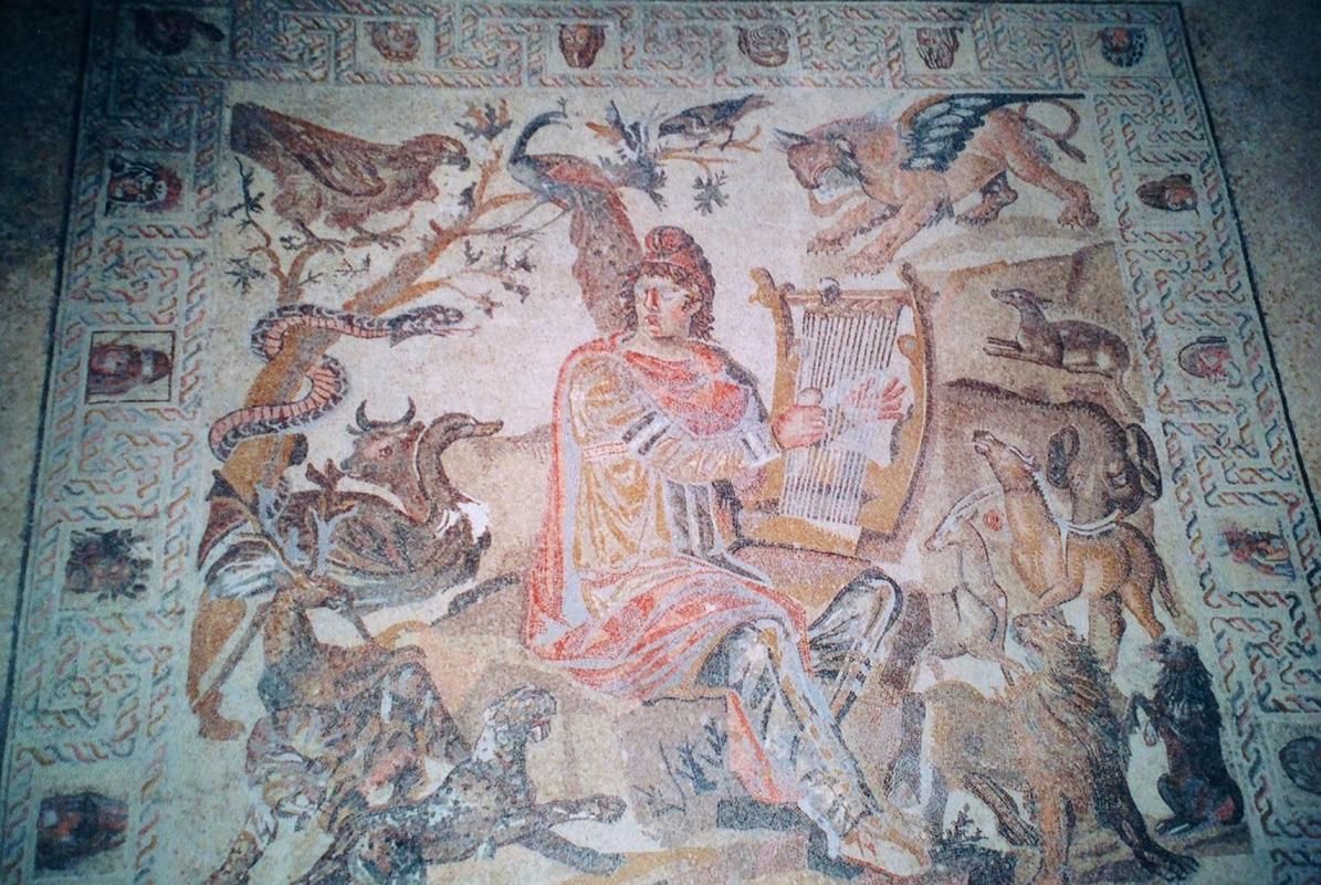 Dürzi bölgesindeki Shahba kenti MS 244 yılında Roma İmparatoru Arap Philip tarafından kurulmuş. İmparator bu bölgedenmiş, bu yüzden kendisine Arap adı takılmış. Buradaki mozaik müzesinde 4. yüzyıla tarihlenen tabloları gördük. Yukarıdaki fotoğrafta yer alan tablonun adı, Hayvanlarla Çevrili Orpheus.