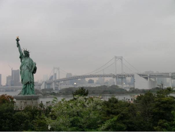 Tokyo, Odaiba Bölgesi. Sumido Nehri üzerinde Gökkuşağı Köprüsü. Odaiba, engeller demek. 1850'lerde Batılılara karşı Şogunluk tarafından Tokyo körfezinin ağzını kapatmak için inşa edilen engellerden adını alıyor. Eyfel Kulesi ve Özgürlük Anıtı'nın replikalarını inşa etmeleri Batılılaşma ile ilgili. Eyfel Kulesi'nin replikasının adı Tokyo Tower ve orjinalinden 8m daha yüksek.