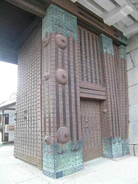 Kyoto'da Nijo Kalesi'nin giriş kapısından. Kale, 1603 yılında İeyasu Tokugava'nın Kyoto'daki resmi ofisi olarak inşa edilmiş. Son Tokugava Şogun'u da burada İmparator Meici önünde istifasını vermiş.