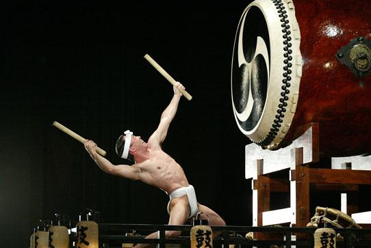 """Taiko adlı geleneksel Japon davullarını kullanarak yapılan, adı Japoncada hem """"kalp atışı"""" hem de """"davulun çocukları"""" anlamına gelen KODO, dans, vokal ve enstrümantal öğeleri aynı sahnede buluşturuyor. Gösterinin esin kaynağı ise Japonya'nın en eski tarih kitabında yer alan hikâyeler… Davulcuların ritmi, uyumu ve askeri disiplinleri, senkronizasyonları büyülüyor, topluluk dünya çapında tanınıyor. 2009 yılında, 25 kişilik Kodo Topluluğu İstanbul'a gelmişti."""