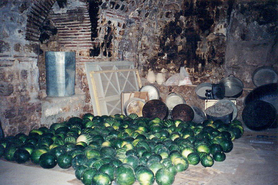 Mor Gabriel Manastırı'nın mutfak bölümünde manastır bahçesinde yetiştirilen karpuzlar.