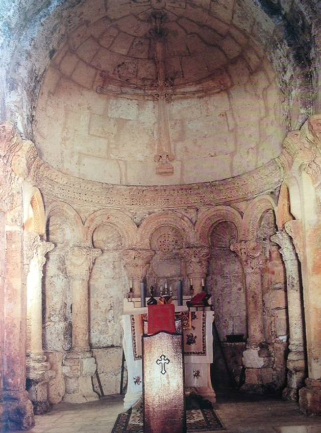 Meryemana Manastırı'ndaki sütun başları ve koro yerindeki nişler 7. yüzyılın ilk yarısına tarihlendirilmektedir. Korint tarzı sütun başları, yarım kubbeler arasındaki motifler, kıvrımlardaki Grek haçları, deniz kabukları ile zenginleştirilmiş süslemeler, mekanın yüzyıllardan beri devam eden önemini vurguluyor. Süryani Ortodoks dini mimarisindeki süslemeler genellikle Korint düzendedir. Bunun, Büyük İskender tarafından bölgeye tanıtılan Helen kültüründen kaynaklandığı düşünülüyor. Kolon başlıkları kesik ya da kesik olmayan akantus yapraklarıyla bezeli başlıklardır. Bölgede ne İyonik ne de Bizans başlıkları görülür.