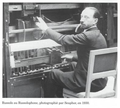 """Fütürist ressam Luigi Russolo'nun 1913'te yazdığı Gürültü Sanatı adlı makaleden: """"Antik yaşam tamamen sessizlikti. 19. yüzyılda makinelerin icat edilmesi ile birlikte, gürültü ortaya çıktı. Bugün artık farkında olmadığımız bir gürültü denizindeyiz. Gürültü de müziğin bir parçası olarak kullanılabilmelidir. Eğer dünyayı bu şekilde duymaya alışırsak etrafımızdaki seslerin çeşitliliğinin farkına varacağız. Çünkü pistonlardan çıkan sesler, sokaklardaki araba sesleri, fabrikadaki makine sesleri, kapıların çarparken çıkardığı sesler, trenlerin gürültüleri ve daha burada sayamadığımız bir çok şey yeni dünyanın yeni sesleridir"""" diye yazmıştır. Bir ressam olmasına rağmen Russolo'nun müziğe yeni sesler soktuğu, orkestranın çağın seslerini yakalamakta geri kaldığını söylerek yeni müzik aletleri icat ettiği bilinmekte. Fotoğrafta Russolophone. taifu.wordpress.com"""