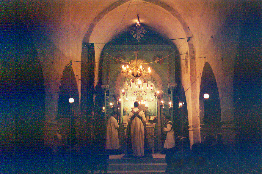Mort Şimuni Kilisesi'nde izlediğimiz ayinden bir görüntü. Kadınların başları örtülü ve yan sahındalar. Mort (Azize) Şimuni Kilisesi, Midyat'ın metropolitlik kilisesidir. Midyat'ın merkezindeki en eski kilisedir ve 9. yüzyılda inşa edilmiştir.