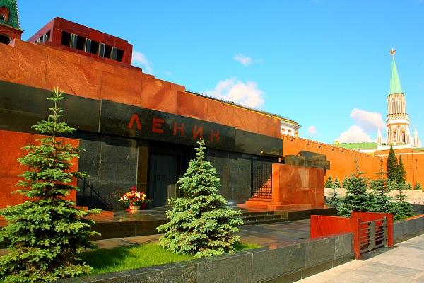 Bugün ayakta kalmış en iyi bilinen Konstrüktivist yapı 1930'da yapılmış Lenin'in Moskova'daki mezarıdır.